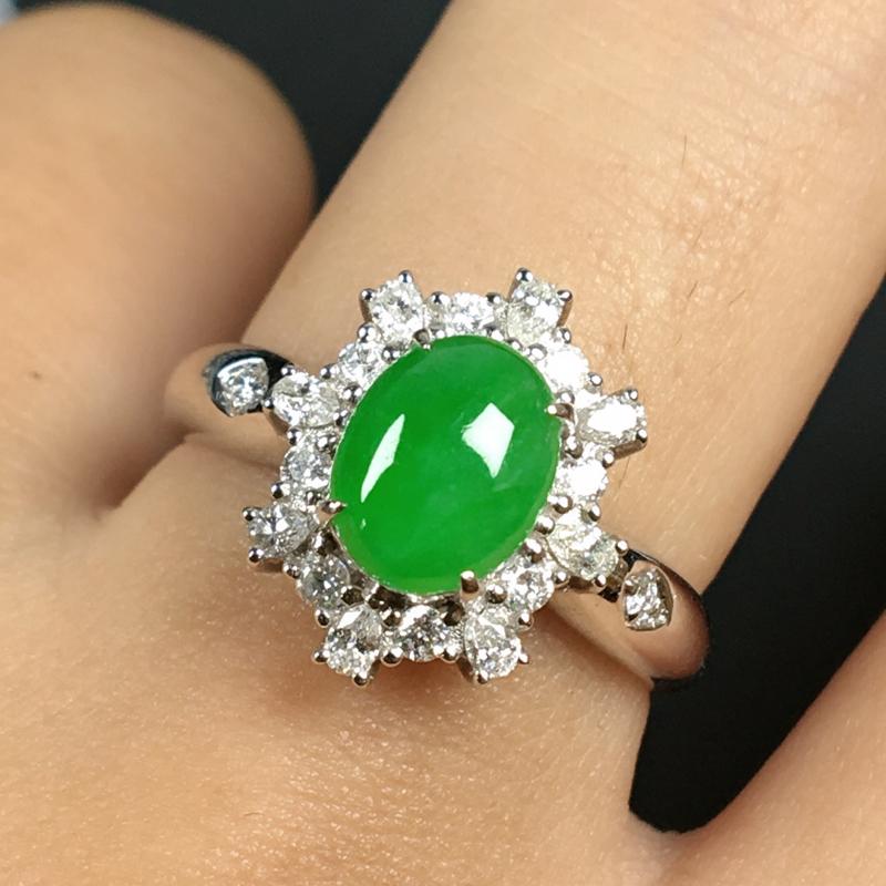 糯化种满色翡翠18K金伴钻戒指,种水色俱佳,饱满圆润有质感,金重钻白,整体尺寸13*11.1*7.1