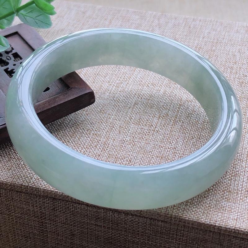 糯化种飘绿翡翠宽条手镯,圆润厚实,亮丽秀气,颜色好,品相好,上手佩戴效果知性优雅,尺寸57*13.
