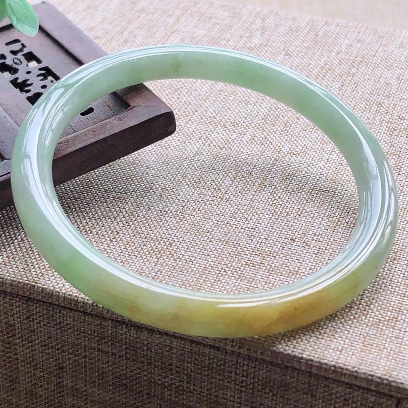糯化种翡翠双彩小圆条手镯,圆润厚实,亮丽秀气,种水佳,颜色好,特色双彩黄加绿,上手佩戴效果知性优雅