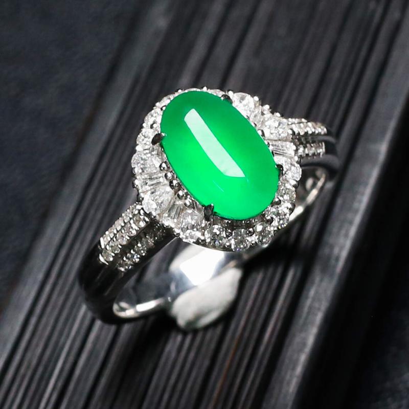 推荐收藏莹亮光泽蛋面翡翠戒指,饱满起光,玉质水润,圆润饱满,18K金镶嵌伴钻而成,上手效果更高