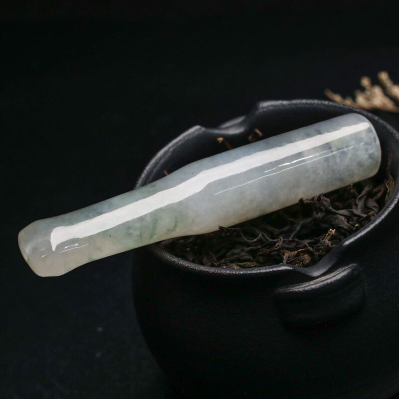 玉质水润烟嘴翡翠,造型小巧,便于随身携带,简约大气,飘色,有天然杂质,尺寸72.8*13.3*1