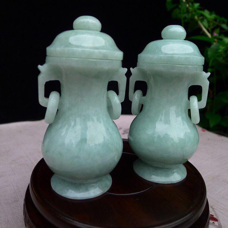 《平平安安》糯种天然翡翠小对瓶,宝贝同出一料子,质地细腻莹润,底子干净;豆绿底色,线条流畅自然,并有