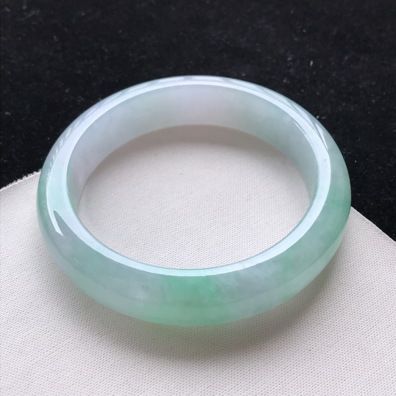 翡翠A货糯种飘绿正装手镯,玉质细腻,种水好 ,胶感十足,底色好,上手效果佳