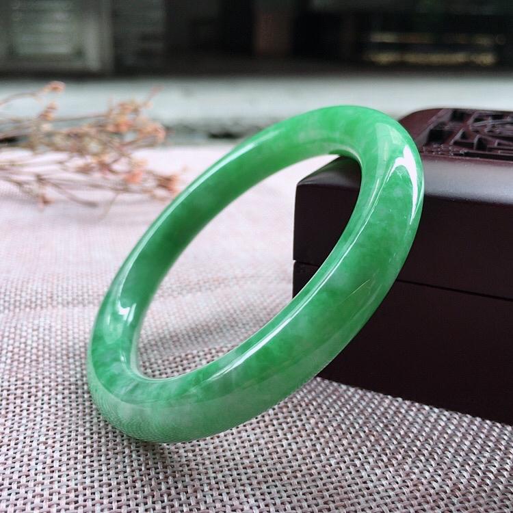 天然翡翠绿色圆条手镯,色泽鲜艳玉质细腻上手高贵典雅