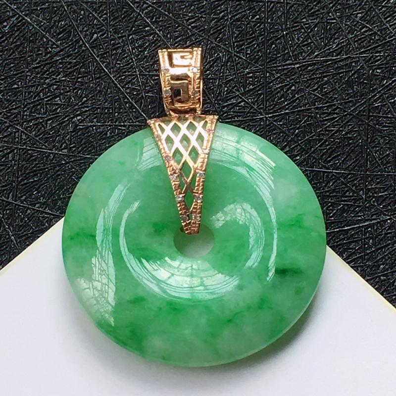 18K金伴钻镶嵌翡翠满绿平安扣吊坠,种水好玉质细腻温润,颜色漂亮。