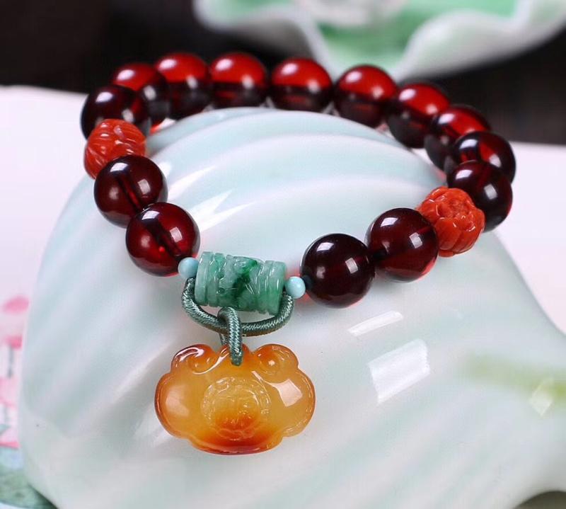 🌹天然血珀珠手链,尺寸约10.6mm,晶体干净水润透亮,喜欢血珀得妖娆,搭配天然无优化蜜蜡雕刻如意福