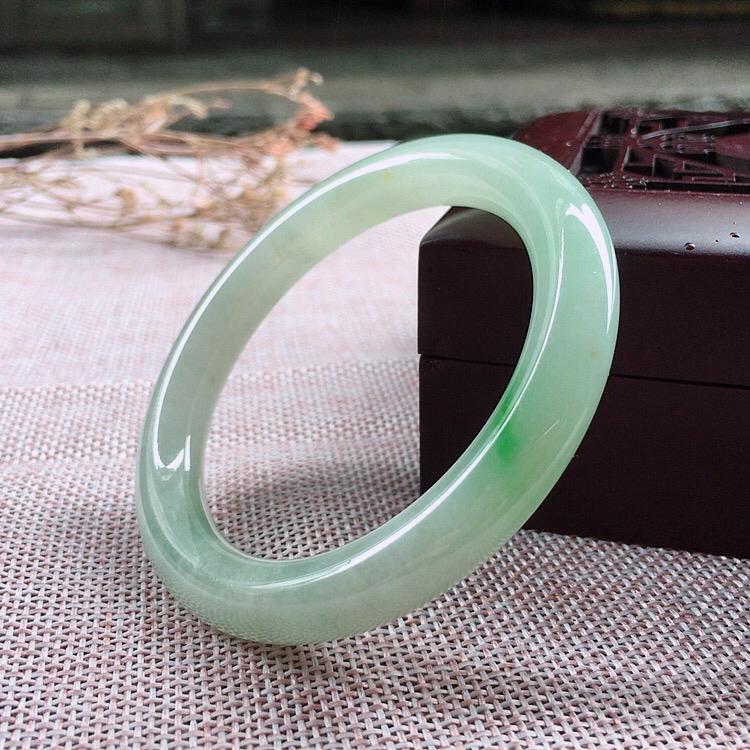 天然翡翠飘绿圆条手镯,玉质细腻上手高贵典雅气质大方