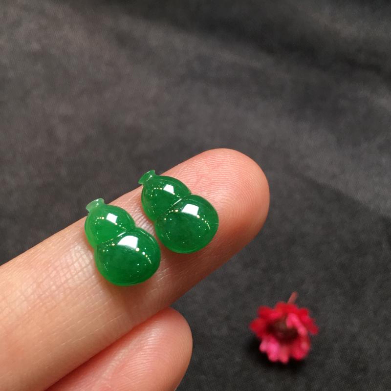 一对阳绿葫芦,完美,底庄细腻,镶嵌后效果更显档次,性价比高,推荐,尺寸10.5*7.2*3mm,重量