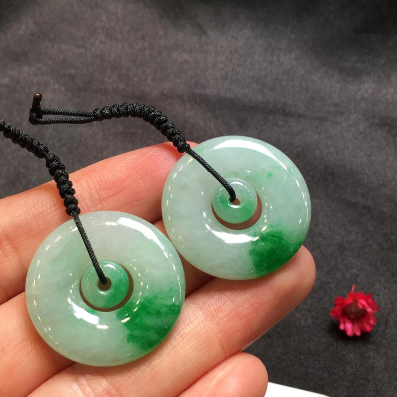 一对浅绿平安扣,平安吉祥,底庄细腻,有微纹可忽略,性价比高,推荐,尺寸27*4.7mm,重量14.3