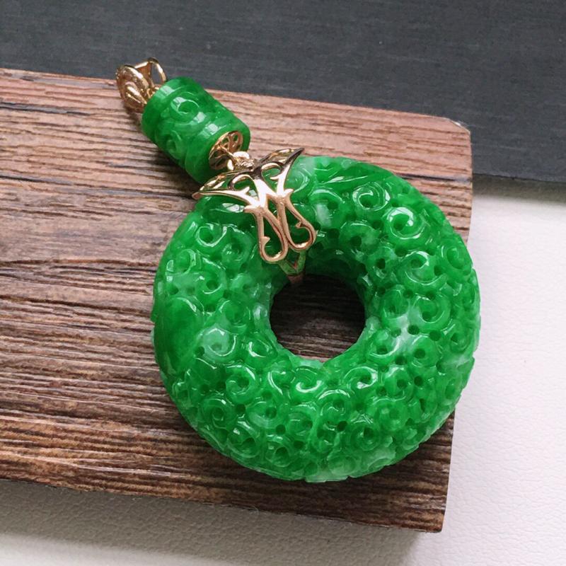 糯化种18K金伴钻绿色母子扣吊坠。缅甸天然翡翠A货. 品相好,料子细腻,雕工精美。尺寸:45*28*
