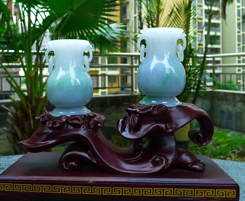 缅甸天然翡翠A货春带彩花瓶一对 精美水润 ,精美花瓶摆件 寓意平平安安 安居乐业 雕刻精美线条流畅种