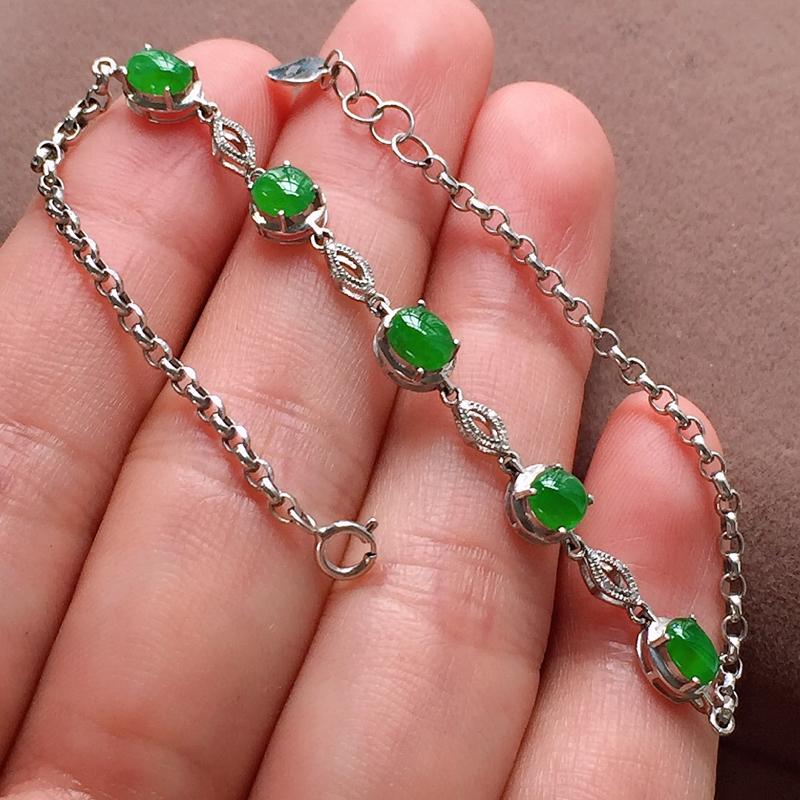 糯化种翠绿翡翠手链,种水好,色泽艳丽夺目,单颗裸石尺:4.7-3.9-2.8