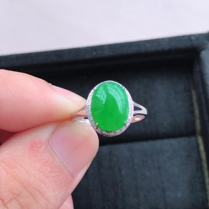 18k金镶嵌满绿蛋面戒指,有种水玉质细腻,色泽鲜艳,佩戴优雅大方,尺寸:内径17.4,12.6*10