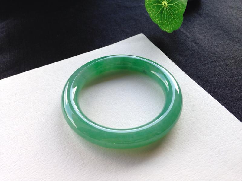 满色圆条手镯,55.5圈口,品质料,玉质水润细腻,色泽浓郁鲜艳,有纹不影响
