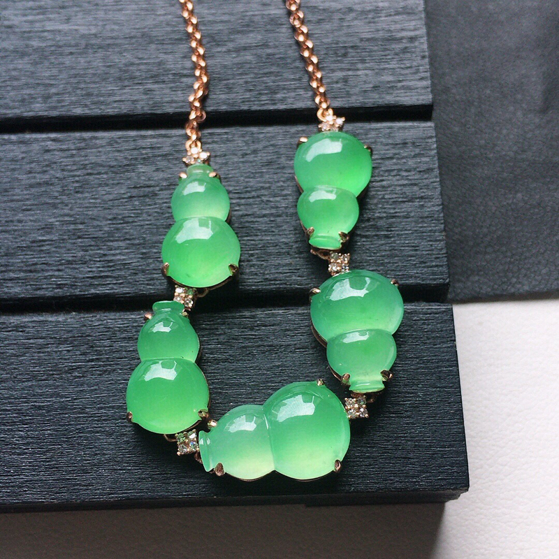 缅甸翡翠18k金伴钻镶嵌满绿葫芦手链,自然光实拍,玉质莹润,佩戴佳品,裸石尺寸:13.7*8.8*3