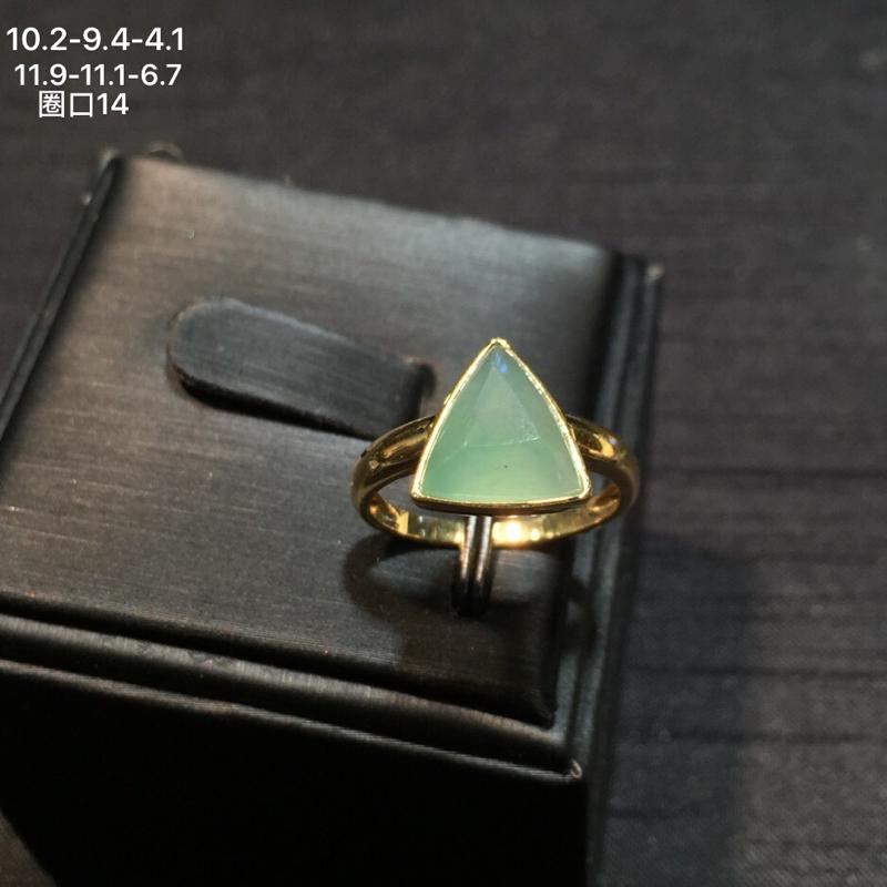 18k金南非钻镶嵌精美果绿翡翠戒指,冰透水润,底子细腻,款式简单大方,佩戴效果佳,整体尺寸约为11.
