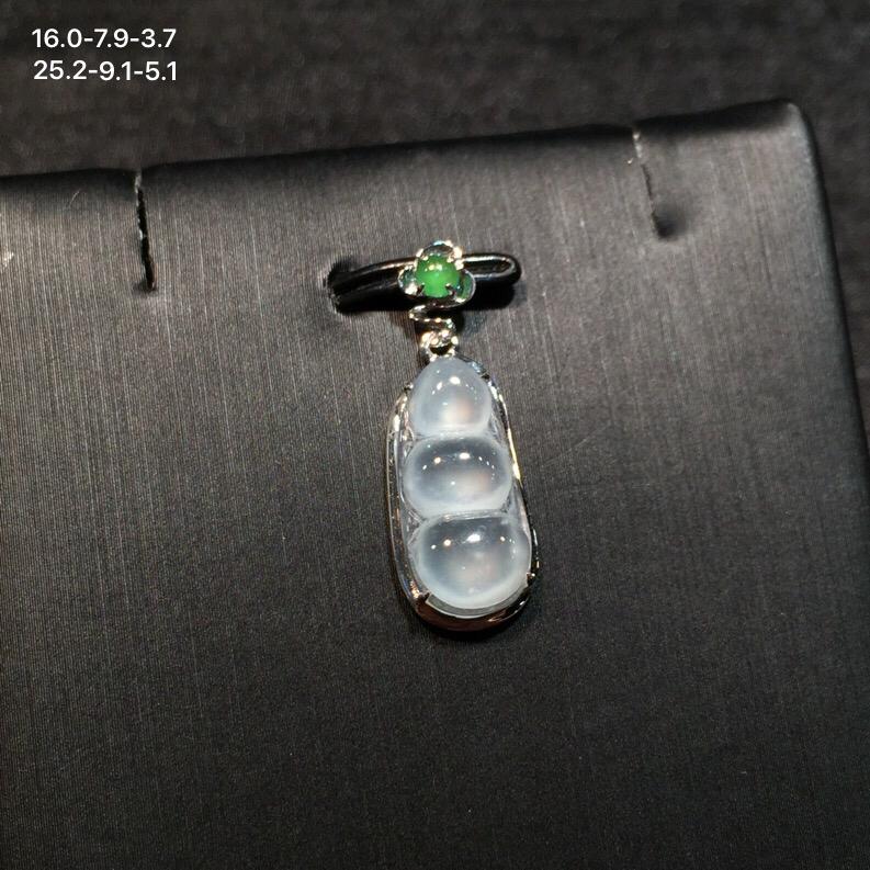 18k金南非钻翡翠小绿蛋镶嵌精美冰糯翡翠福豆吊坠,冰透水润,底子细腻,佩戴效果佳,整体尺寸约为25.