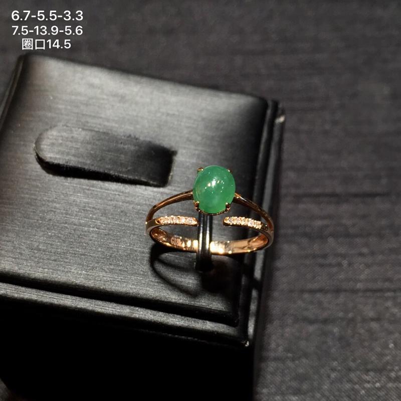 18k金南非钻镶嵌精美阳绿翡翠蛋面戒指,冰透水润,底子细腻,颜色清爽阳绿,佩戴效果佳,整体尺寸约为7