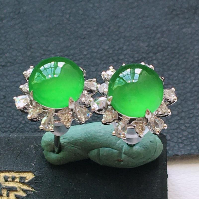 冰糯种起光18K金伴钻满绿色耳钉。缅甸天然翡翠A货. 品相好,料子细腻,雕工精美。尺寸:10*9.5