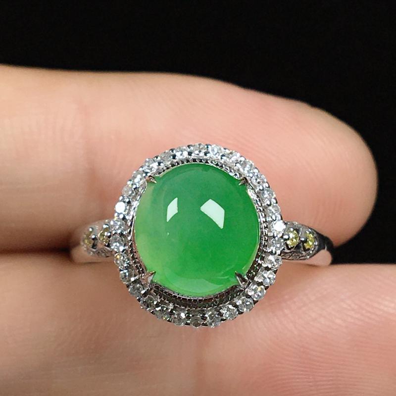 18k伴钻镶嵌,满色果绿蛋面戒指,鲜艳亮丽,冰润饱满,款式贵气,经典耐看!整体尺寸12*11.3*