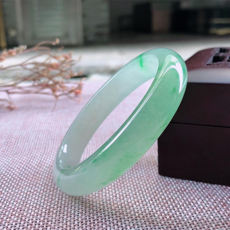 天然翡翠飘绿贵妃手镯,颜色鲜艳玉质细腻种水好上手高贵气质大方