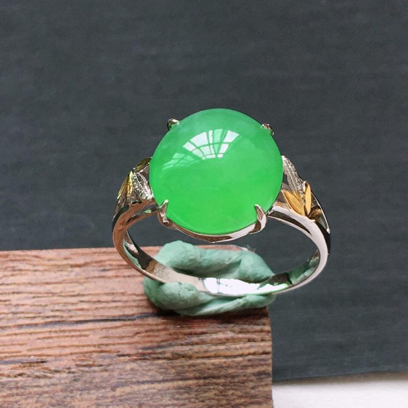 冰糯种18K金伴钻满绿色戒指。 缅甸天然翡翠A货. 品相好,料子细腻,雕工精美。内径:18mm.
