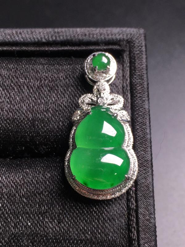 满绿葫芦吊坠,18k金伴钻镶嵌,完美,种好水足,性价比高。
