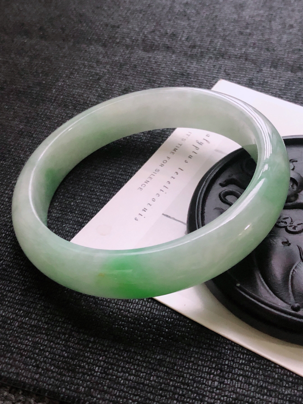 翡翠A货飘绿宽边手镯 尺寸62.6*13.8*7.9mm 上手典雅优美 编号219