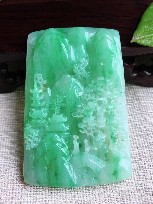 A货翡翠飘绿山水牌吊坠挂件,完美,尺寸59/38/5.9mm,重量31.56g