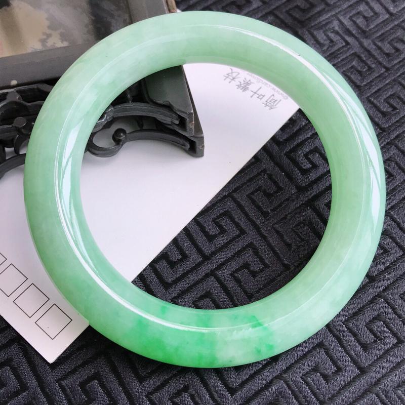 编号GG-8-7-17/翡翠A货,飘绿圆条手镯,圈口:55.6-11.3-11.1mm,上手典雅大气