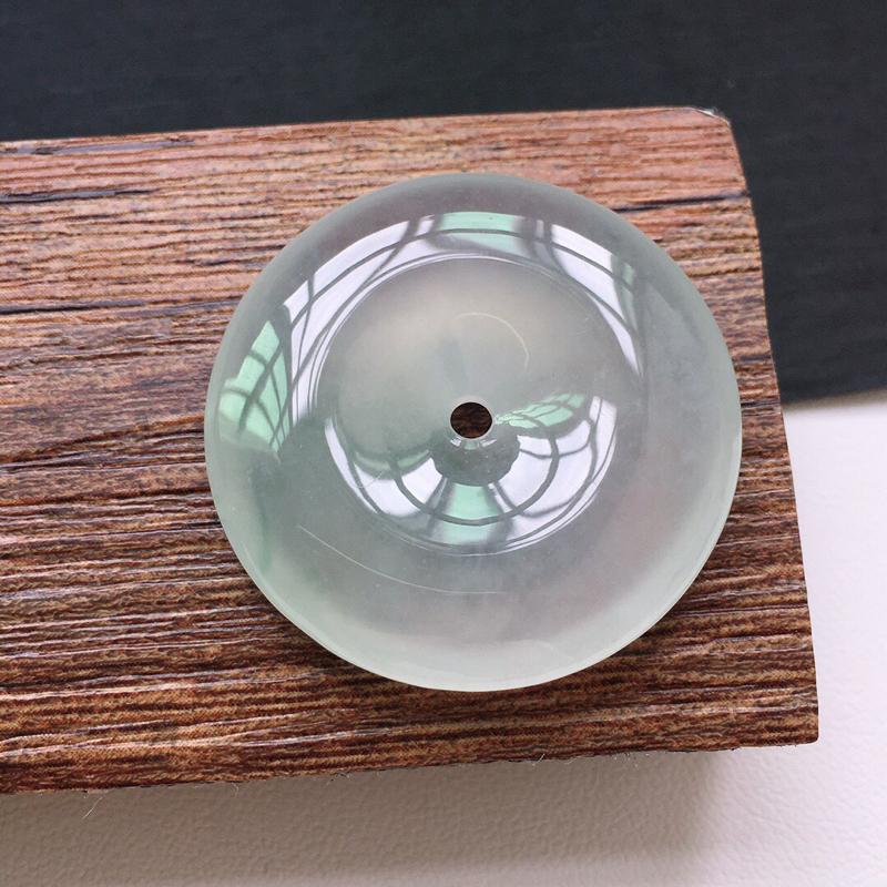 冰糯种起光平安扣吊坠。 缅甸天然翡翠A货. 品相好,料子细腻,雕工精美。尺寸:29.5*6mm.