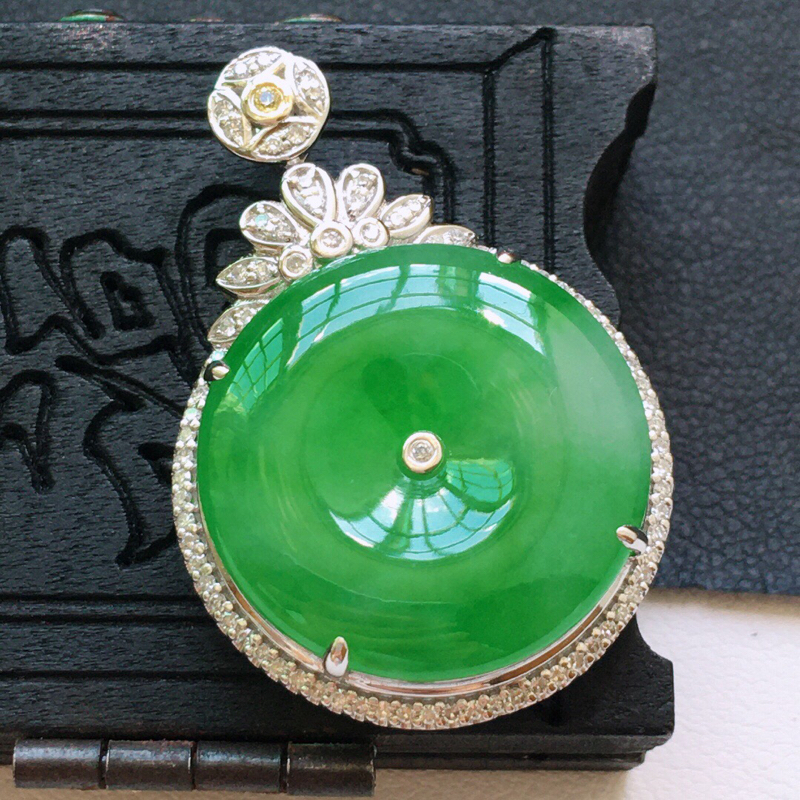 冰糯种18K金伴钻满绿色平安扣吊坠。 缅甸天然翡翠A货. 品相好,料子细腻,雕工精美。尺寸:32.4
