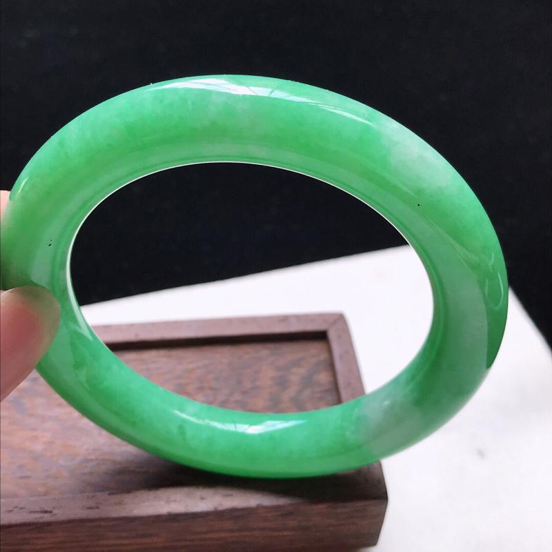 圆条:59。天然翡翠A货。老坑糯化种满绿圆条手镯。玉质细腻,佩戴清秀优雅。尺寸:59*11.5mm