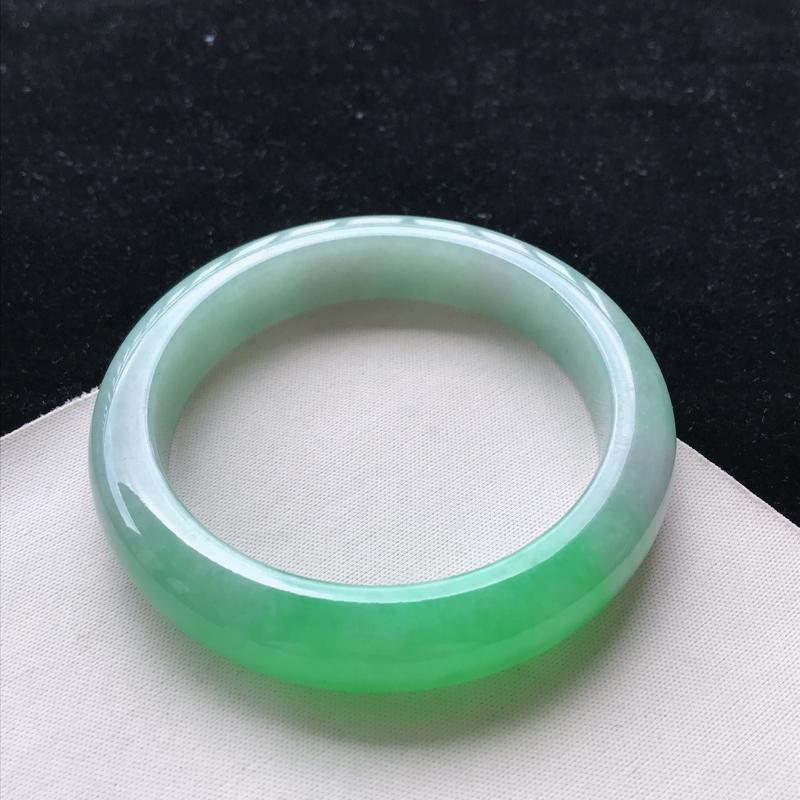 翡翠A货糯种飘阳绿正装手镯,玉质细腻,种水好 ,胶感十足,底色好,上手效果