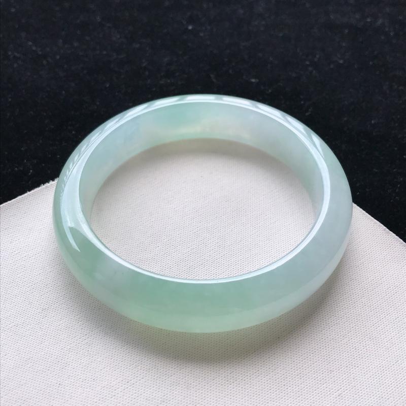 翡翠A货糯化种飘绿正装手镯,玉质细腻,种水好 ,胶感十足,底色好,上手效果