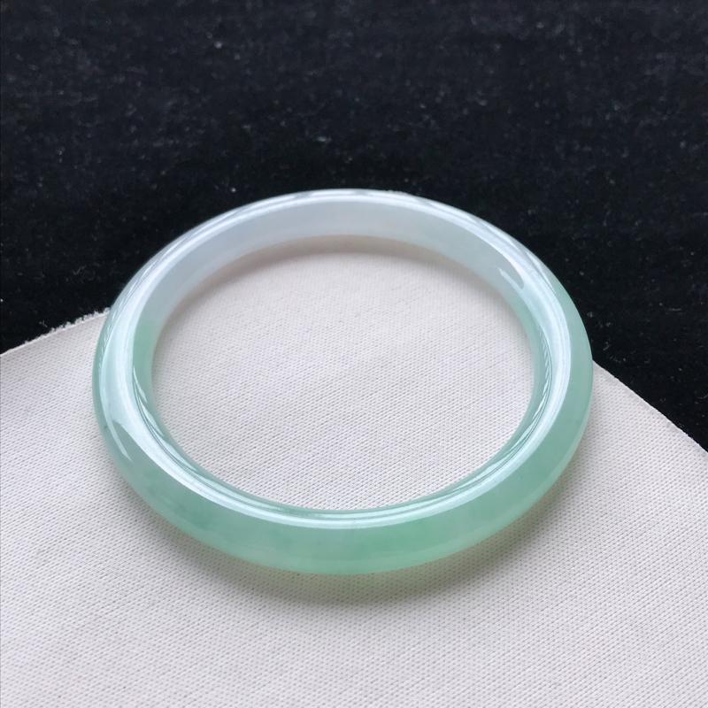 翡翠A货糯化种飘绿圆条手镯,玉质细腻,种水好 ,胶感十足,底色好,上手效果