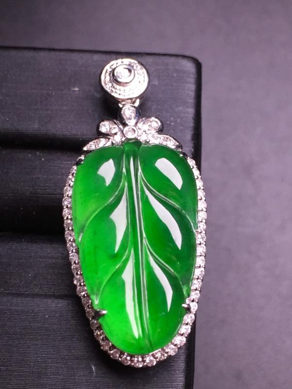 --阳绿玉叶吊坠,18k真金真钻镶嵌,完美,种水超好,玉质细腻。