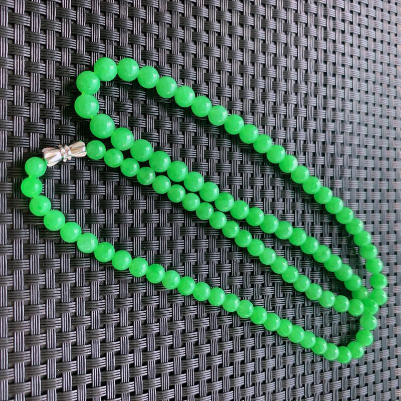 冰阳绿翡翠珠链,规格直径卡5.5~6mm,93颗,玉质细腻,色泽温润,甜美清新,自然光拍摄,上身好看