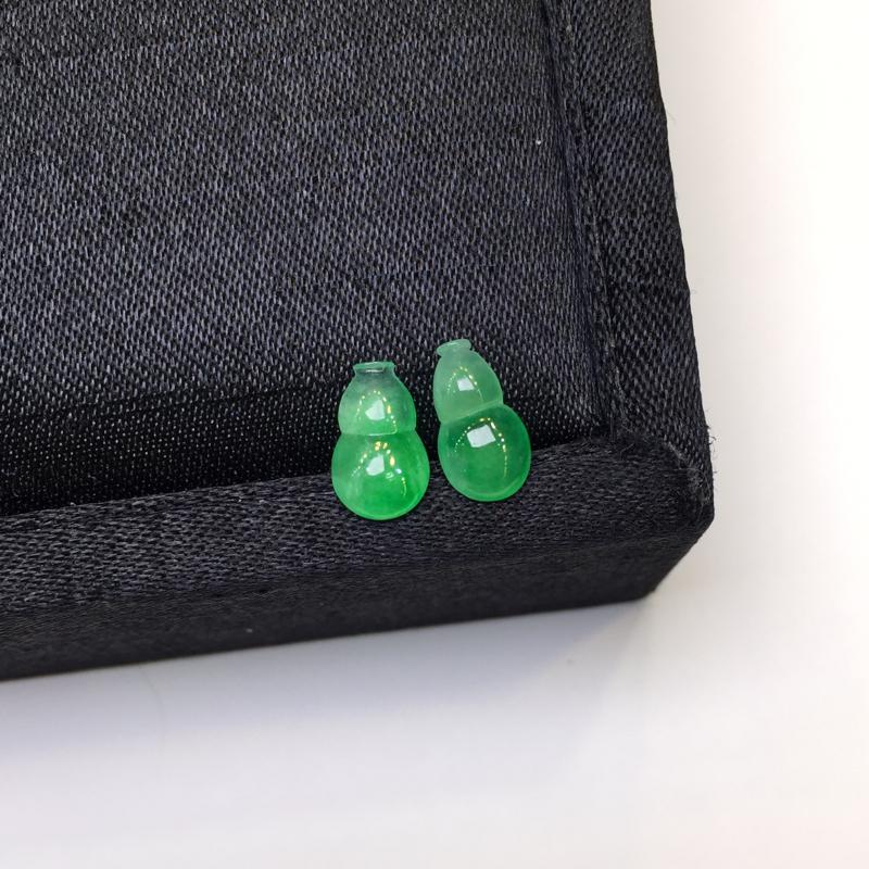 一对浅绿葫芦,聚财辟邪,完美,底庄细腻,镶嵌后效果更显档次,性价比高,推荐,尺寸9.6*6*3/10