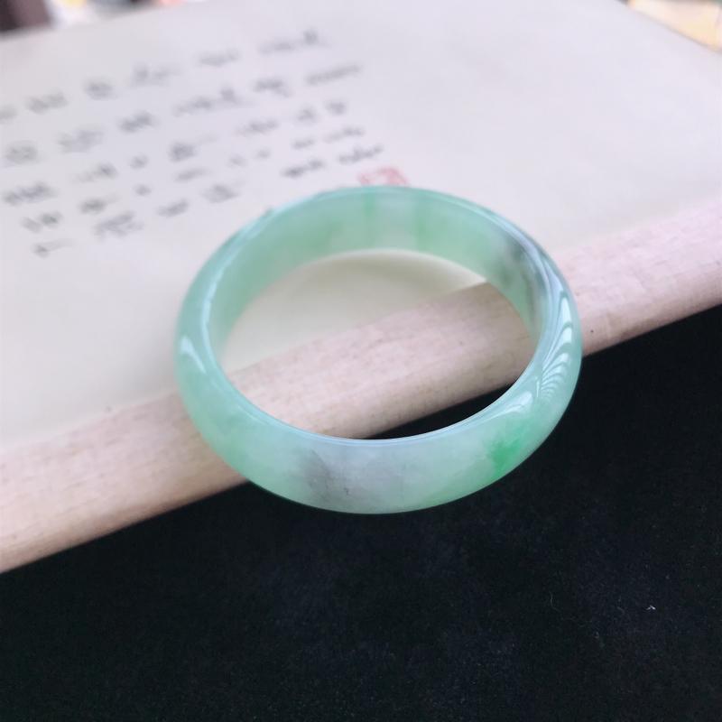 正圈52,缅甸天然翡翠好种手镯,尺寸 : 52*13.3*8.2,玉质细腻水润 ,飘绿 ,条形漂亮,