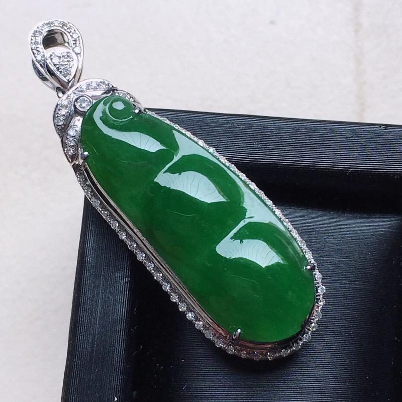 缅甸翡翠18K金伴钻镶嵌满绿发财豆吊坠,颜色好,玉质细腻,雕工精美,佩戴送礼佳品,包金尺寸: 37.