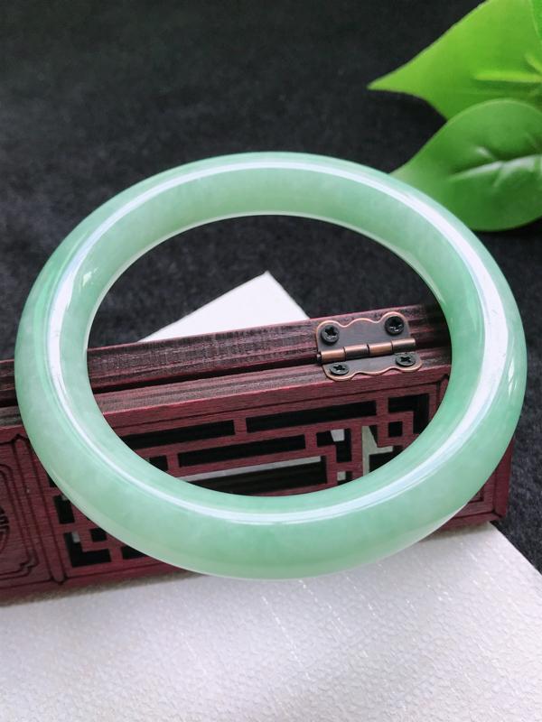 圈口:58.3mm天然翡翠A货细腻浅绿圆条58圈口手镯,尺寸58.3*11mm,玉质细腻,无纹裂