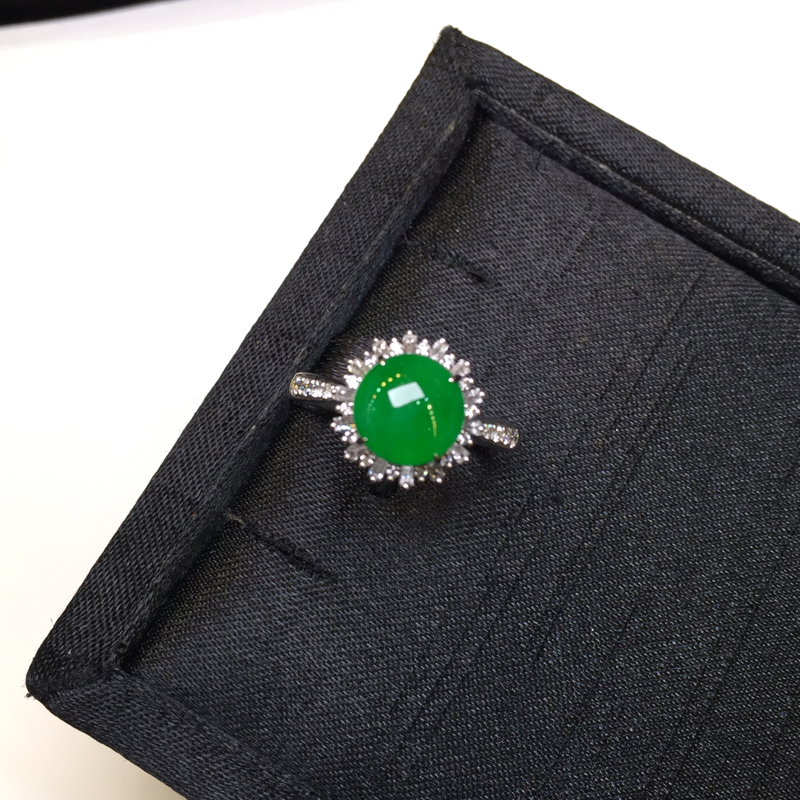阳绿戒指,完美色阳,底庄细腻,18K金南非真钻镶嵌,性价比高,推荐,尺寸11.6*11.7*8.3/