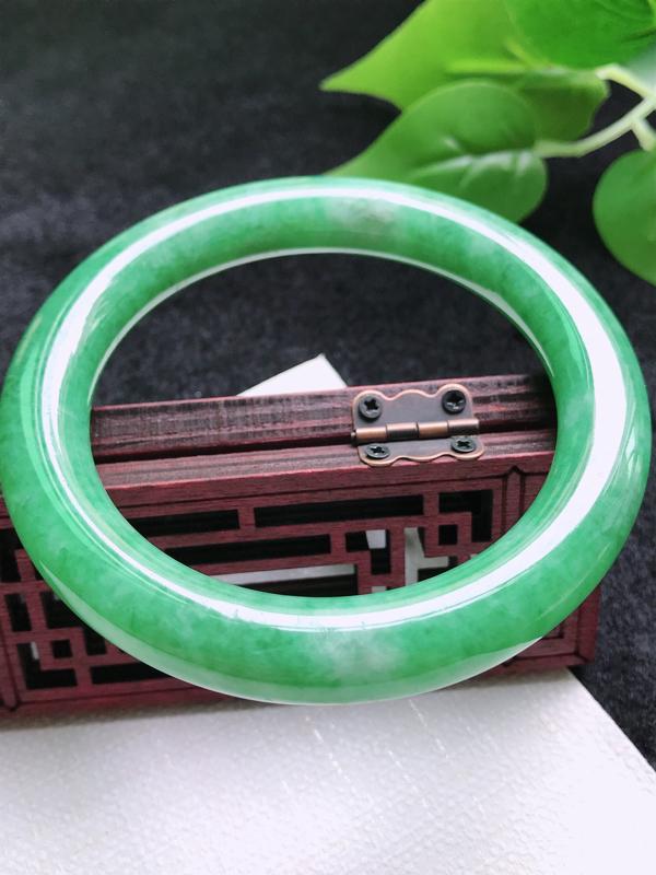 圈口:58.8mm 天然翡翠A货细腻满绿圆条58-59圈口手镯,尺寸58.8*10*10.8mm,玉