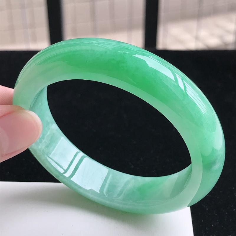 圈口55.5mm 自然光实拍 飘阳绿正圈手镯 C161玉质细腻水润,条形大方,高贵优雅,端庄大气,尺