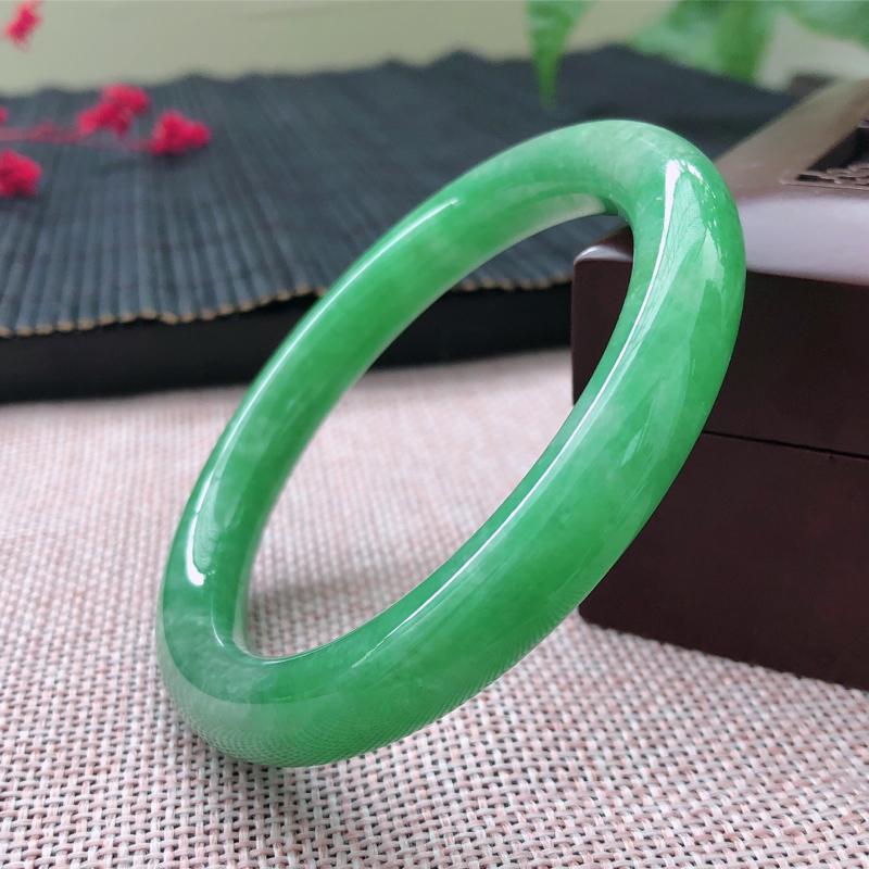 天然翡翠满绿圆条手镯,色泽鲜艳,水润饱满,上手古典大气