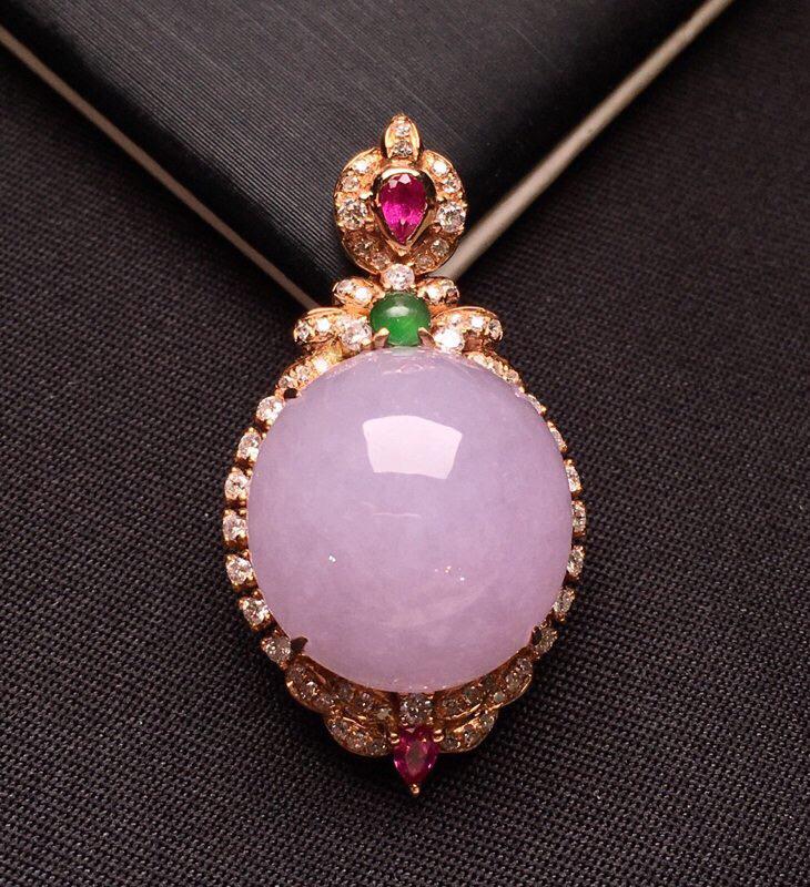 18K金钻镶嵌紫罗兰蛋面吊坠 质地细腻 圆润饱满 搭配红宝石 款式新颖时尚整体尺寸29.7*15.6