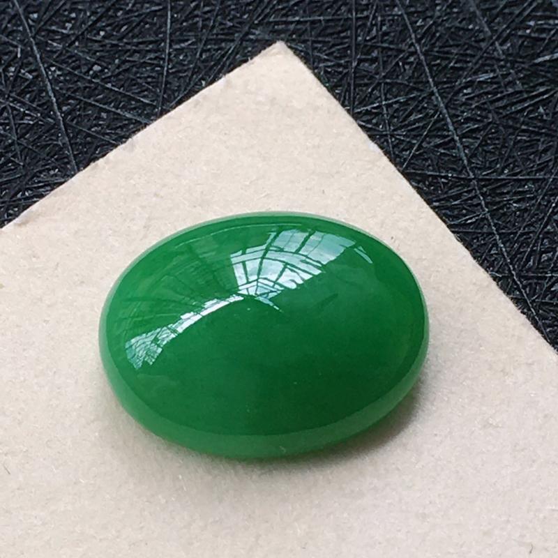 翡翠阳绿蛋面戒面,种水好玉质细腻,种老水润,颜色漂亮,镶嵌后更好看。