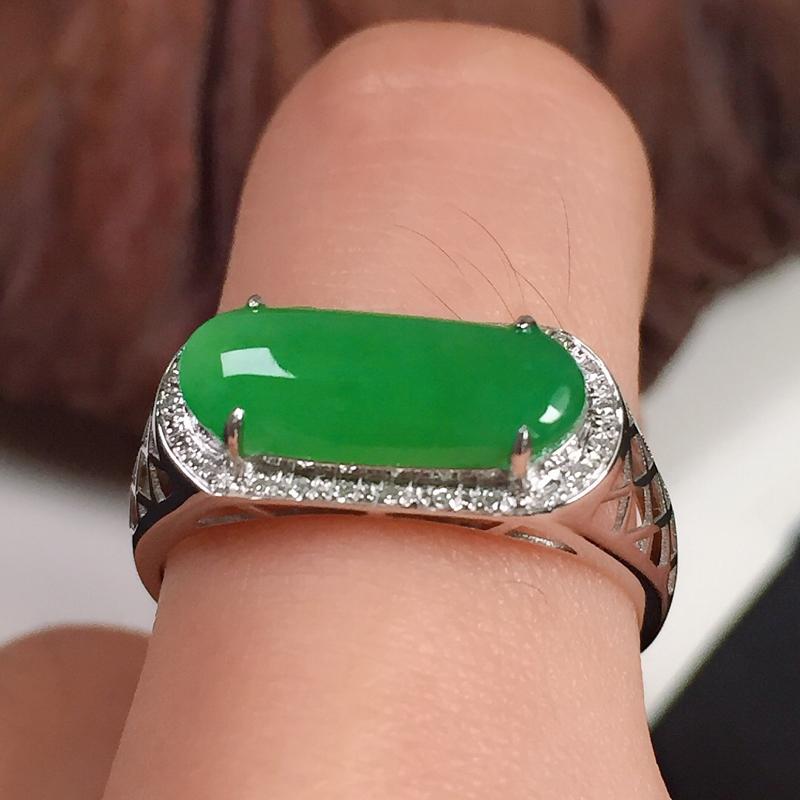 冰润翠绿男装马鞍戒指,种水好,色泽艳丽,指圈:17#,尺寸:13.7-6.7-3.9