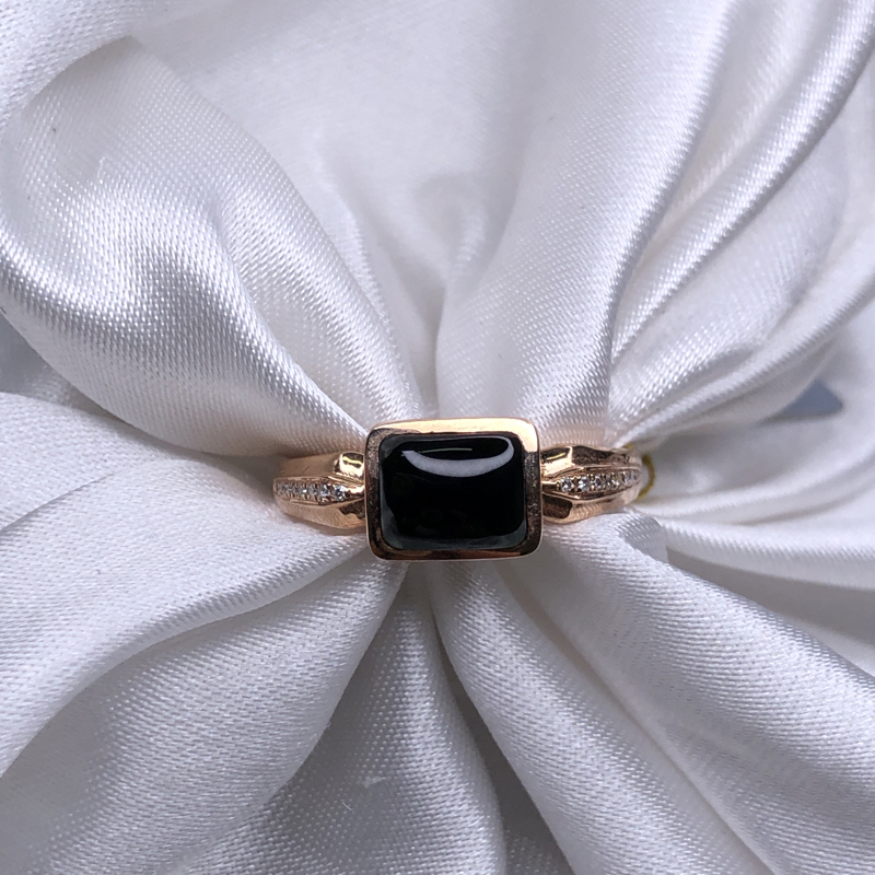 18k玫瑰金镶嵌高冰墨翠马鞍戒指,黑亮油性足,通体透绿水润,色阳均匀细腻,精致优雅百搭。整体尺寸:7